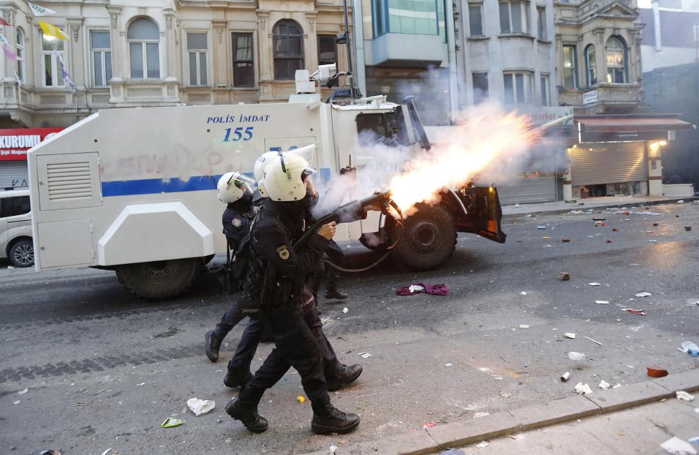 Огонь слезоточивым газом по антиправительственной демонстрации в Стамбуле
