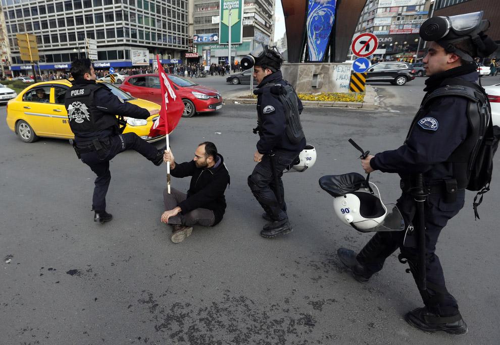 Полицейские разбираются с одиночным протестующим в Анкаре