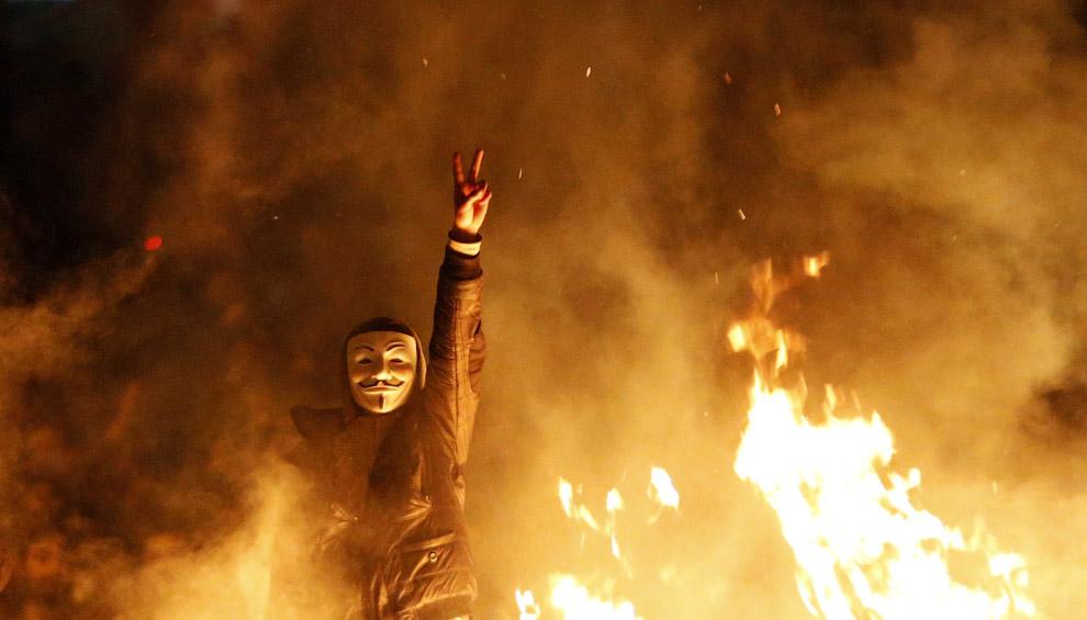 Модная у протестующих за рубежом маска анонимуса
