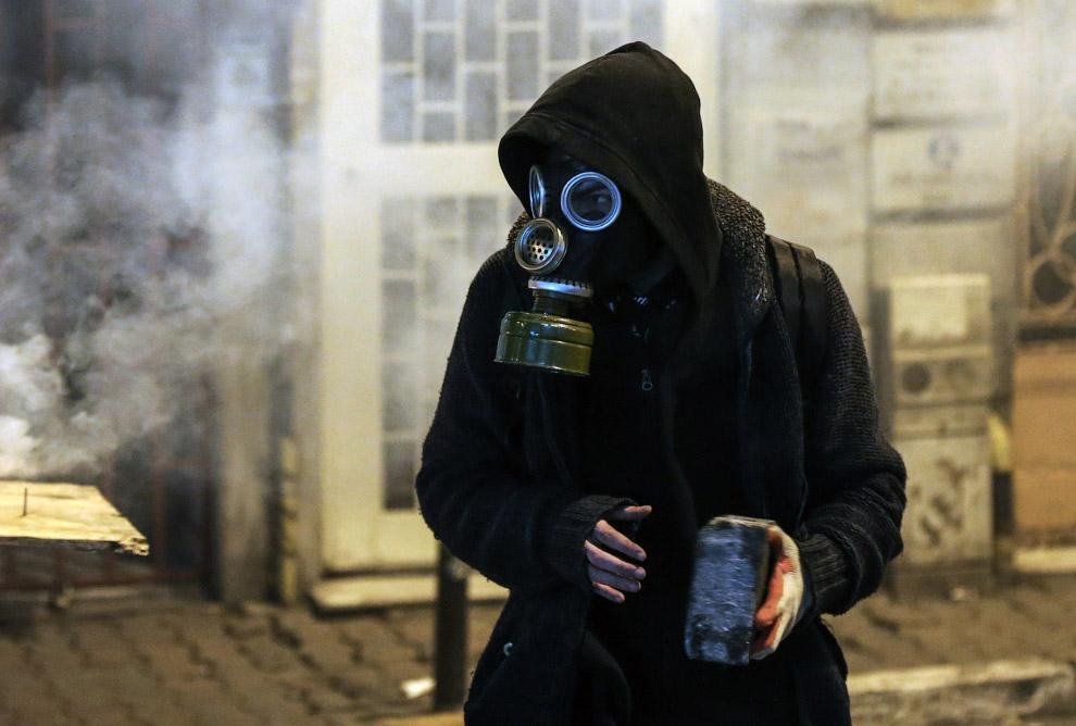 Знакомый предмет – булыжник, так любимый бойцами-националистами с Майдана