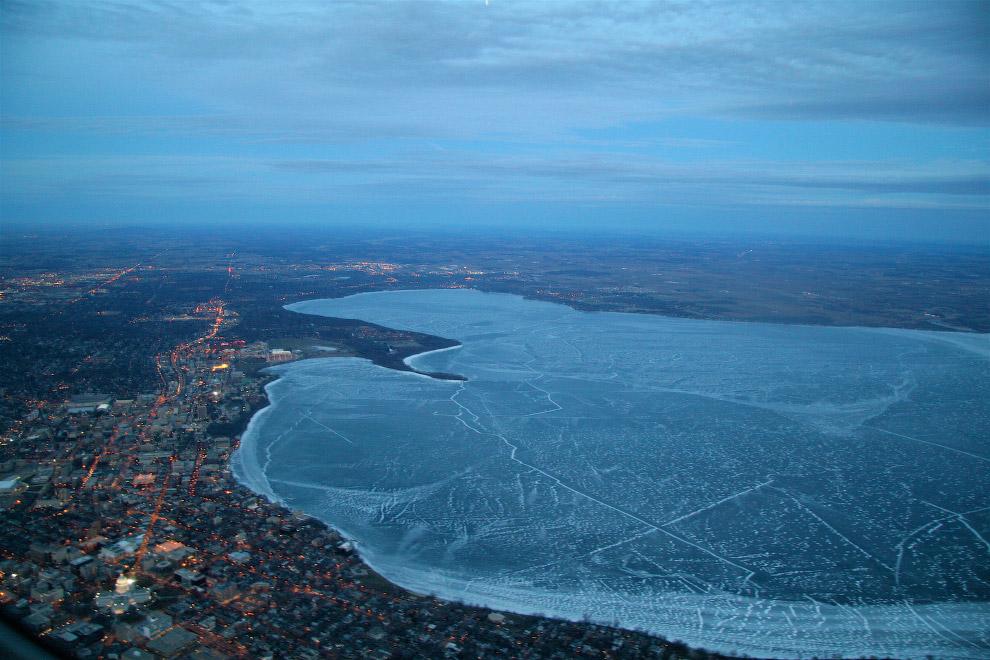 Замерзшее озеро Мендота в США
