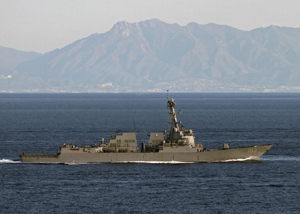 Один из 17-ти кораблей поддержки авианосца эсминец USS Truxtun (DDG-103).