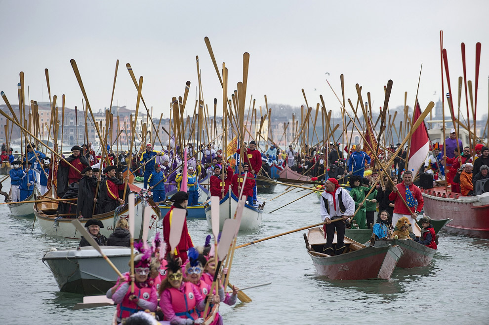 Традиционная регата на Гранд-канале во время венецианского карнавала