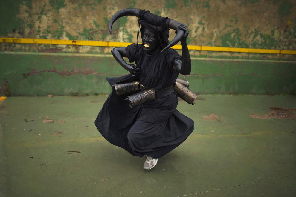 А вот и дьявол на карнавале в небольшой деревне Лусон, Испания
