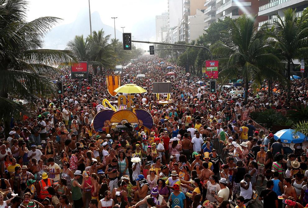 Парад вдоль пляжа Ипанема в Рио-де-Жанейро, Бразилия