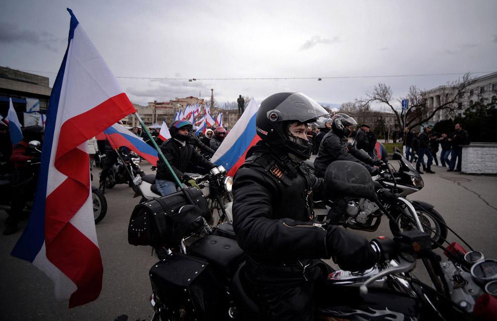 Мотоциклисты c российскими и крымскими флагами в Симферополе