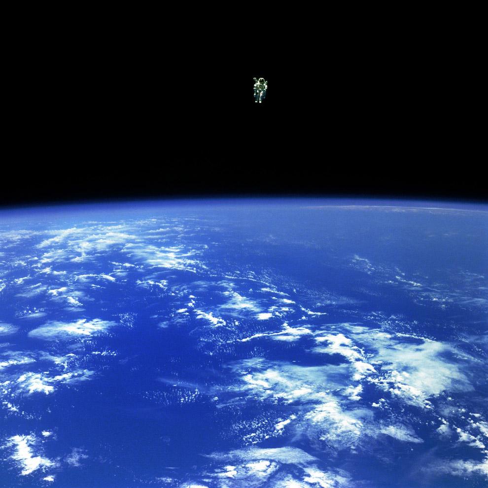 Декабрь 1984-го. Астронавт Брюс Маккэндлесс II отдалился от своего корабля на опасное расстояние