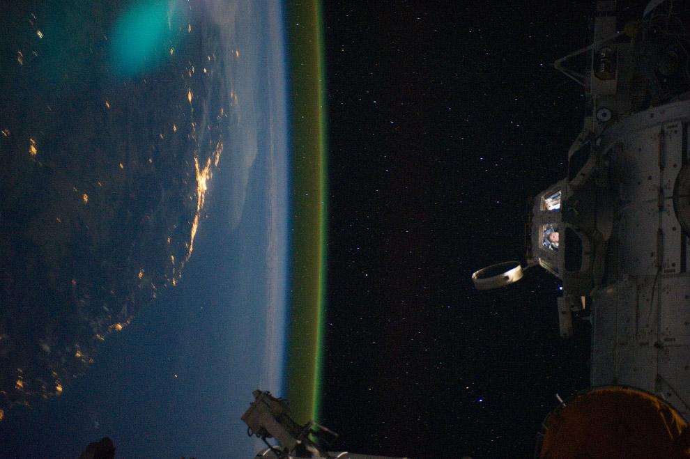 «Купол» Международной космической станции с астронавтами и вид на побережье Брисбена, Австралия