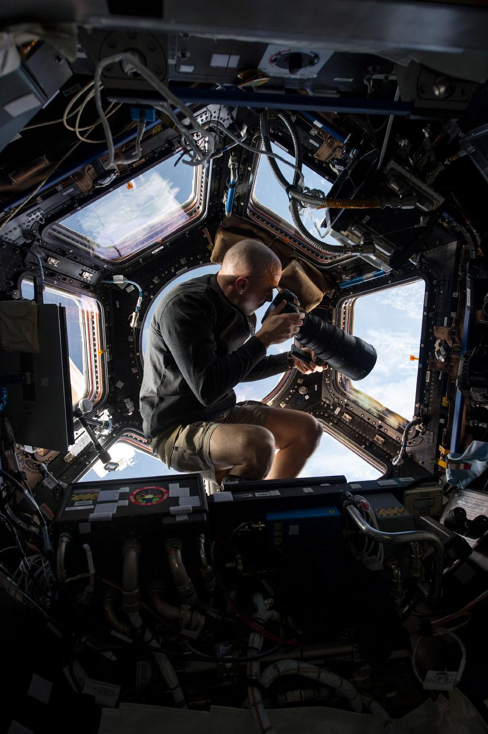 Астронавт НАСА Крис Кэссиди внутри «Купола» Международной космической станции