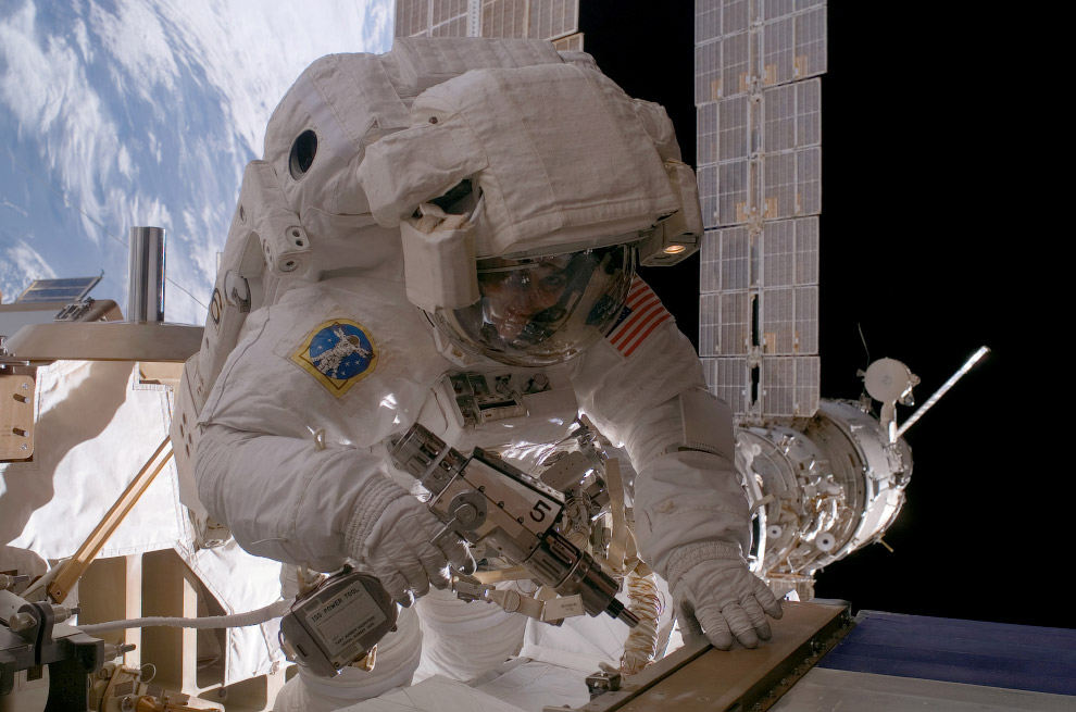 Астронавт НАСА Сунита Л. Уильямс на работе в открытом космосе