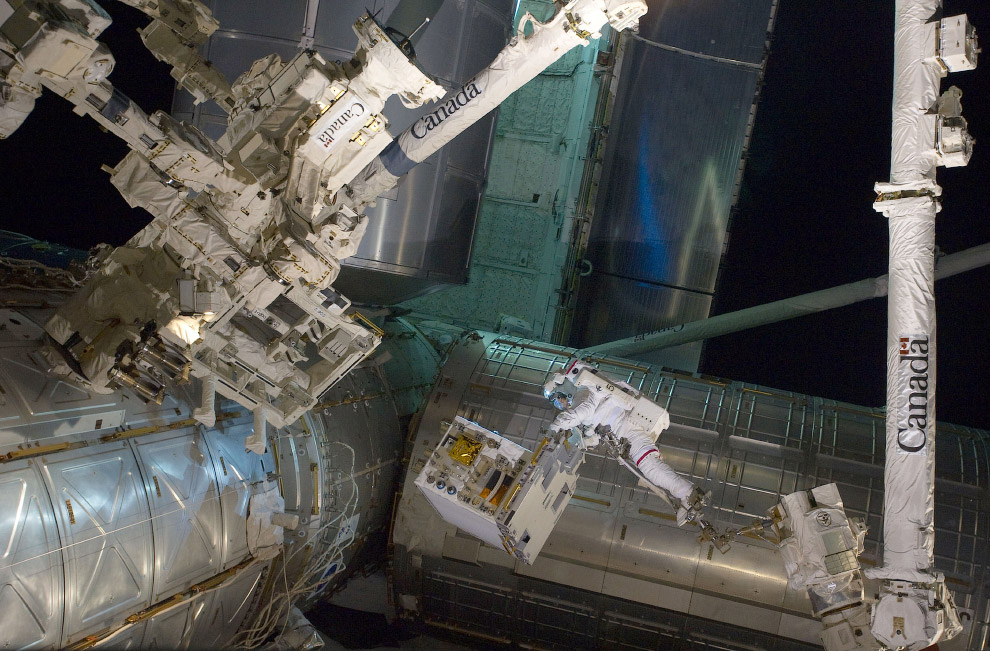 Астронавт НАСА Майк Фоссум с модулем, установленным на МКС и способным имитировать системы заправляющего устройства и спутника
