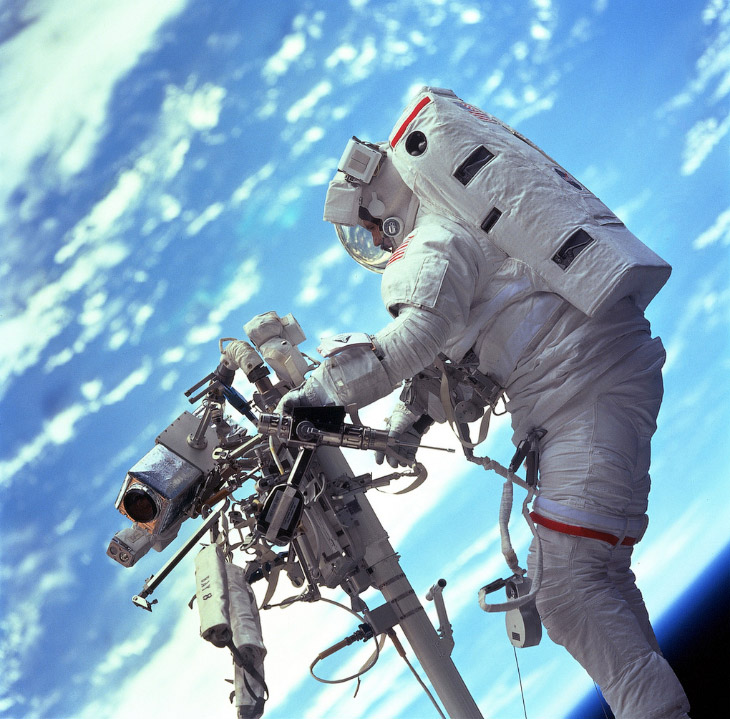 Астронавт Стивен Л. Смит около системы дистанционного манипулятора (RMS) телескопа Хаббл