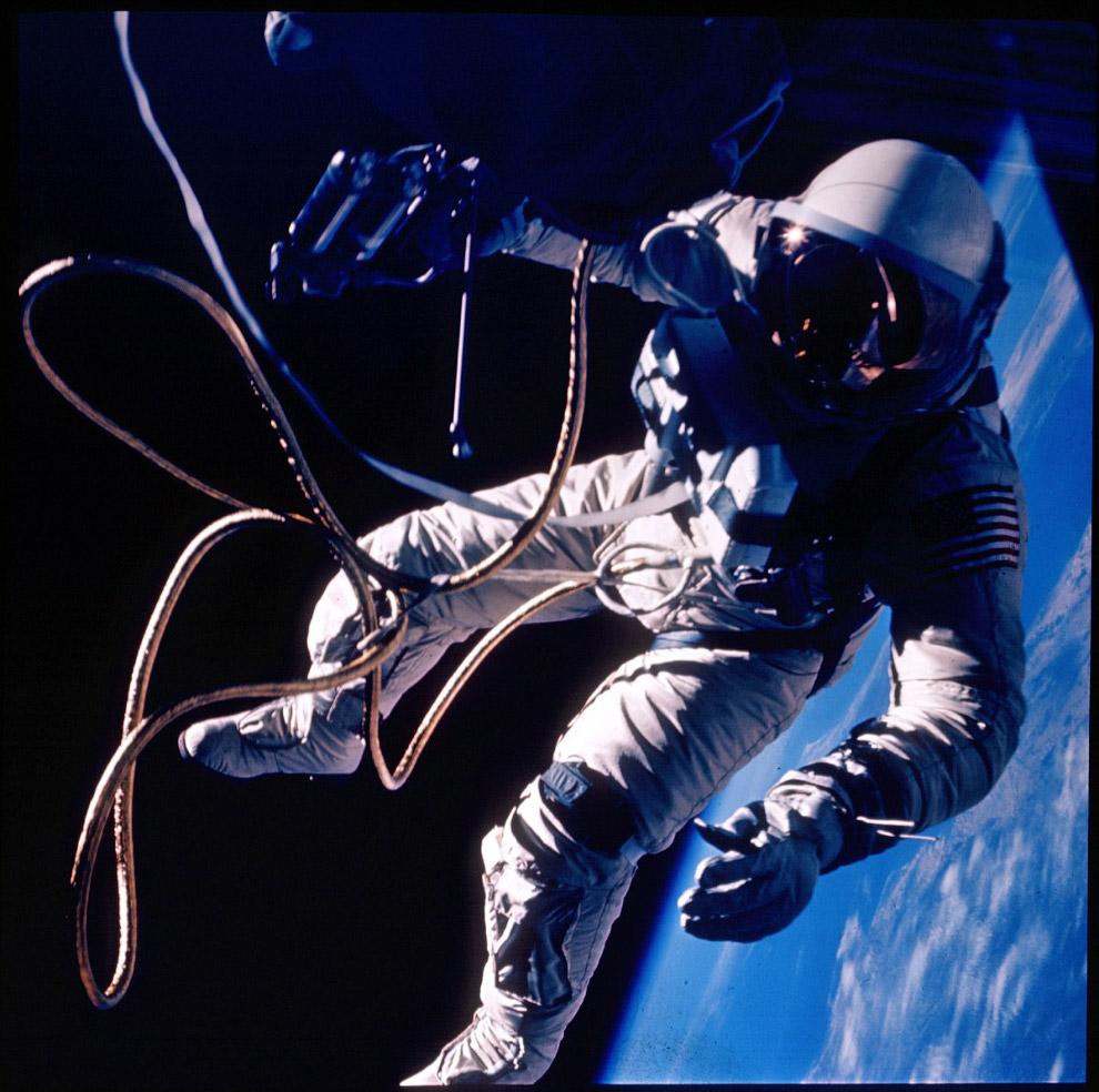 В июне 1965 года астронавт НАСА Эд Уайт (Ed White) стал первым американцем, вышедшим в открытый космос, приблизительно через 3 месяца после Леонова