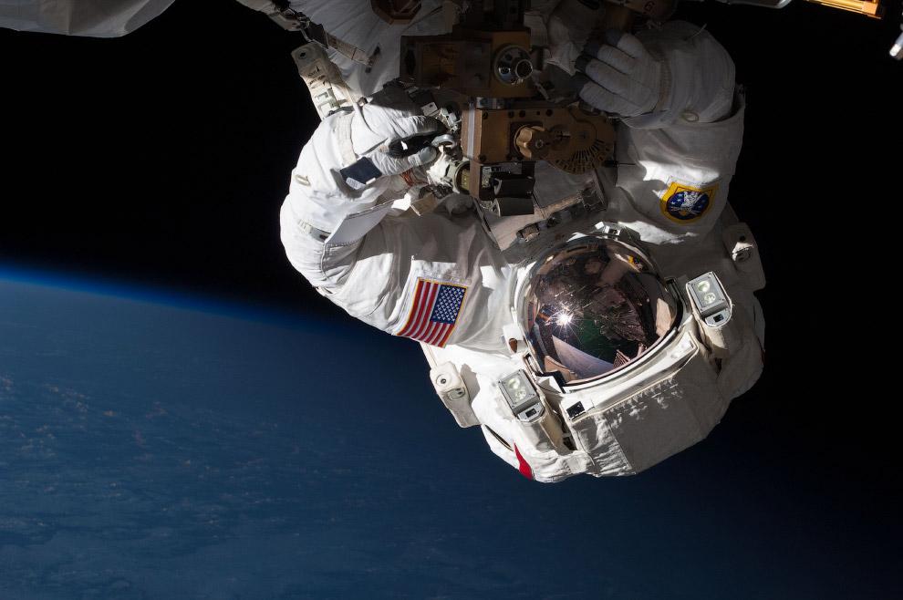 Бортинженер Крис Кэссиди во время пяти с половиной часового выхода в открытый космос