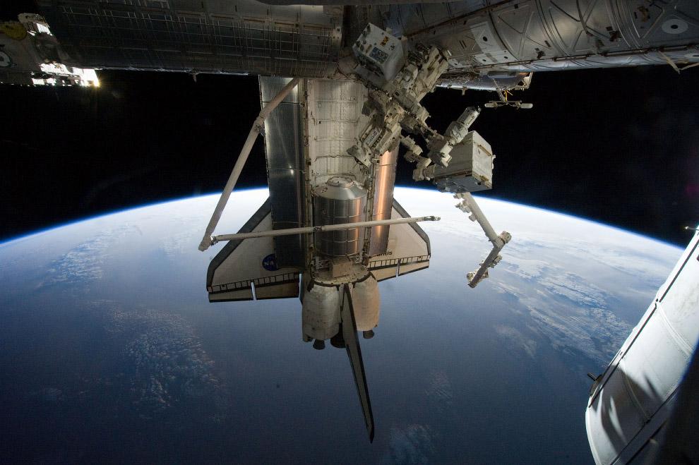 Снимок шаттла «Атлантис» на фоне Земли