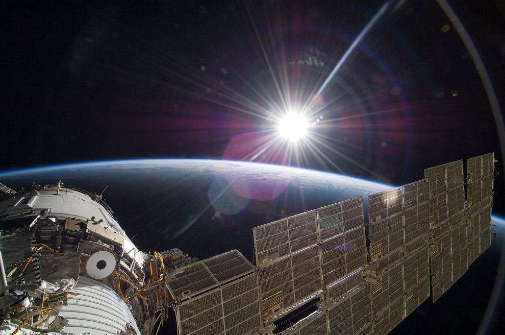 Яркое солнце встречает Международную космическую станцию