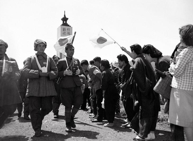 Бывшие японские военнопленные, несут прах своих друзей, которые умерли во время заключения