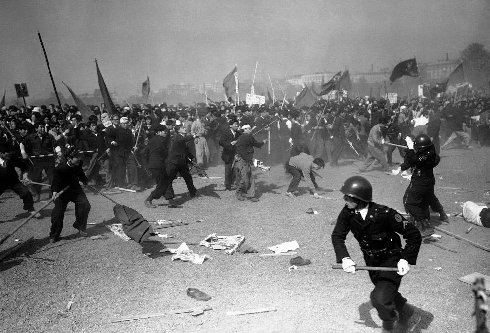 Первомайские беспорядки в центре Токио, 1 мая 1952 года. Камни, слезоточивый газ, все как полагается