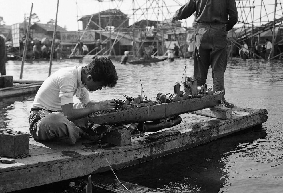 Снимается кино. Идет подготовка к съемке батальной сцены в японском документальном фильме, который рассказывает историю последнего дня броненосца Ямато