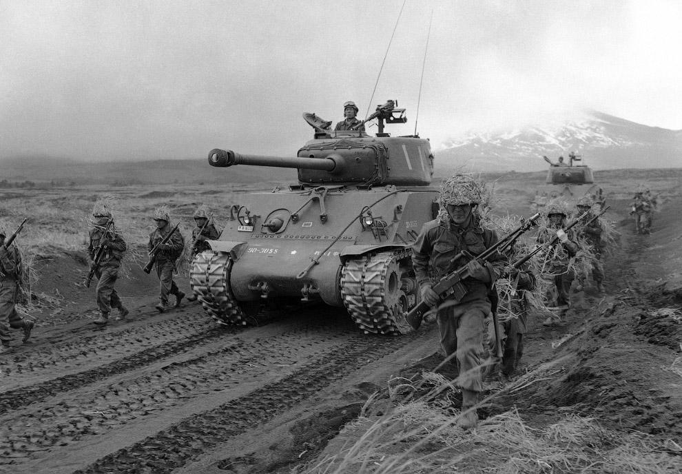 Маневры японцев с американским оружием и американским танком около Токио