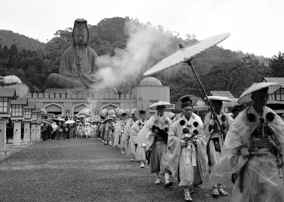 Марш буддийских монахов на церемонии открытия мемориала жертвам Второй мировой войны, Киото, Япония 11 мая 1958 года