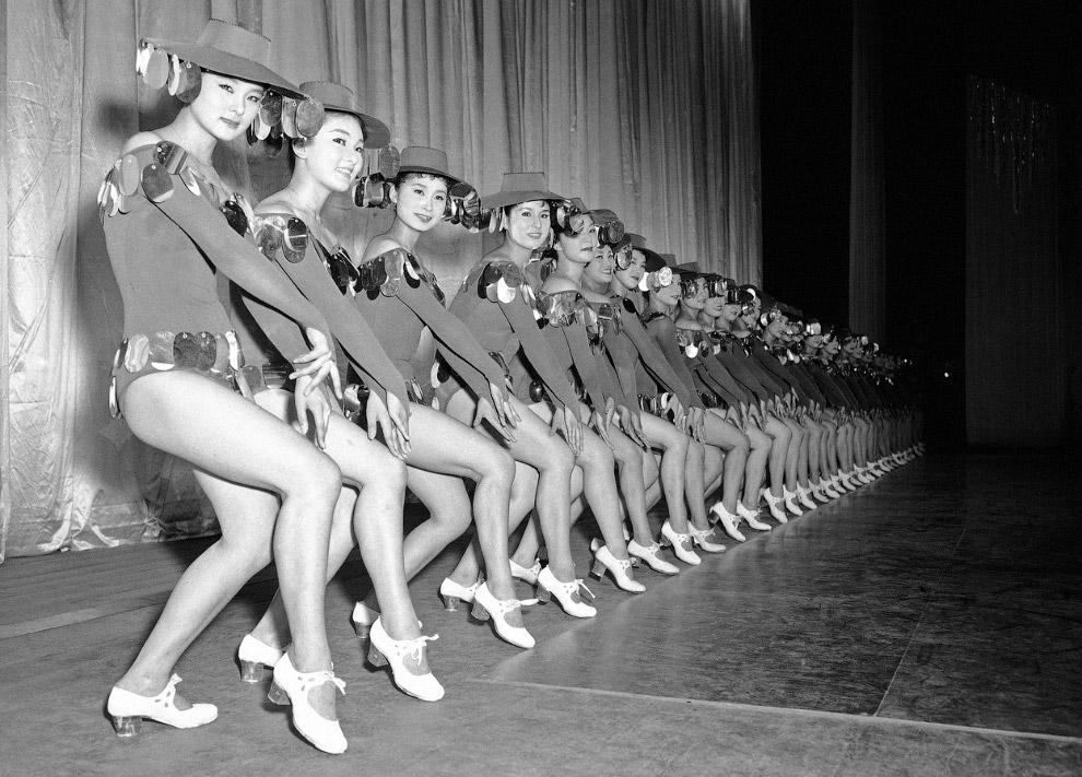 Репетиция танцевальной группы в театре в Токио