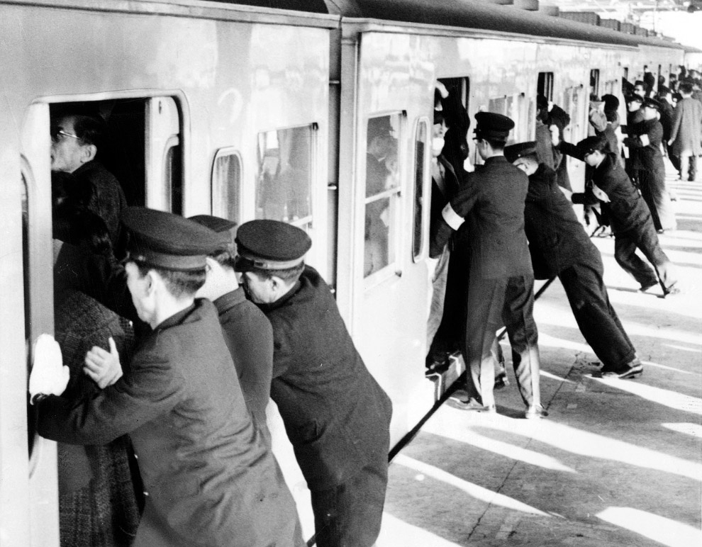 Час-пик в Токио. Специально обученные люди утрамбовывают пассажиров в вагонах