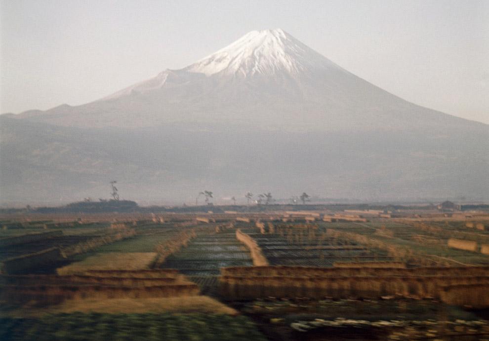 Гора Фудзи, вид из проходящего поезда