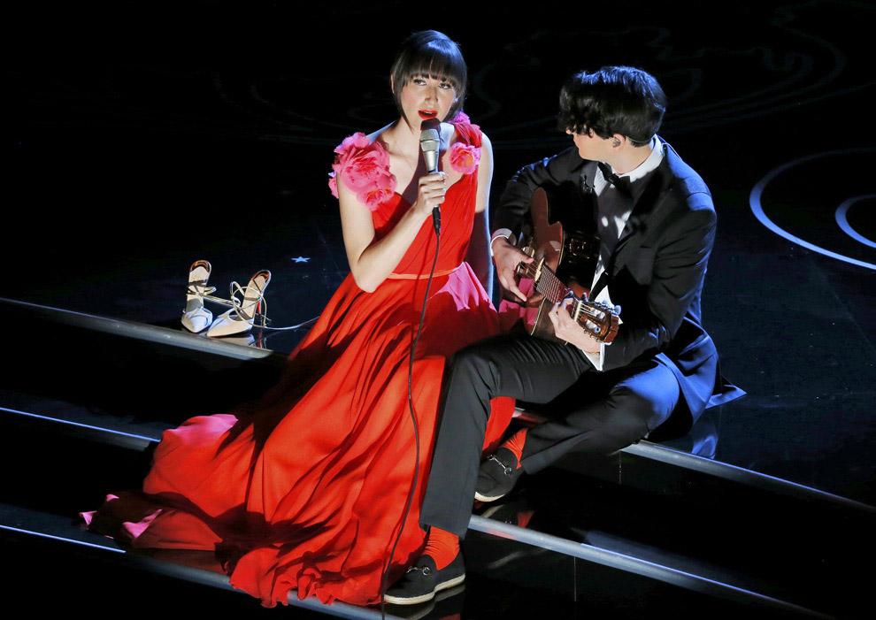 Номинанты на лучшую песню исполняют «The Moon Song» из фильма «Она»