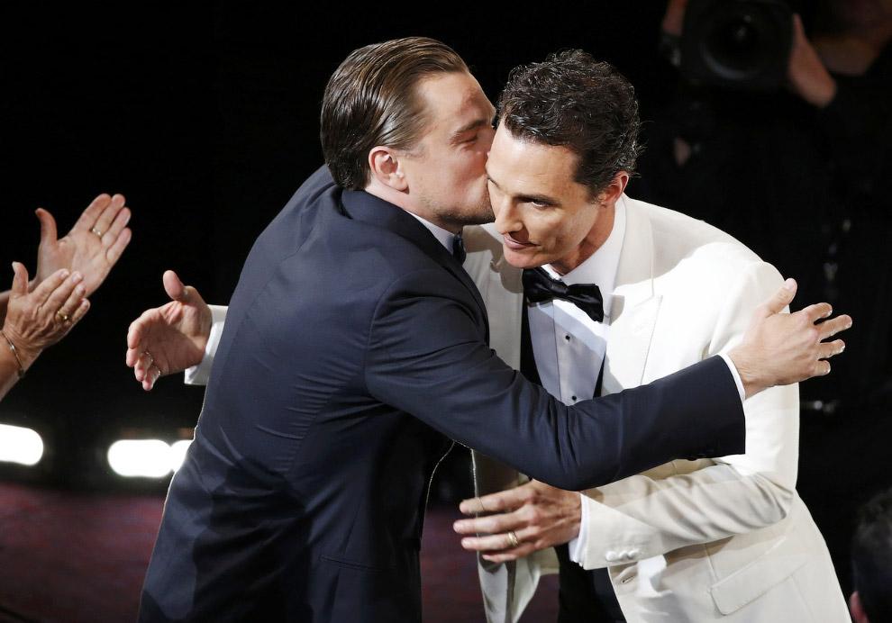 Леонардо ДиКаприо поздравляет Мэтью Макконахи с Оскаром