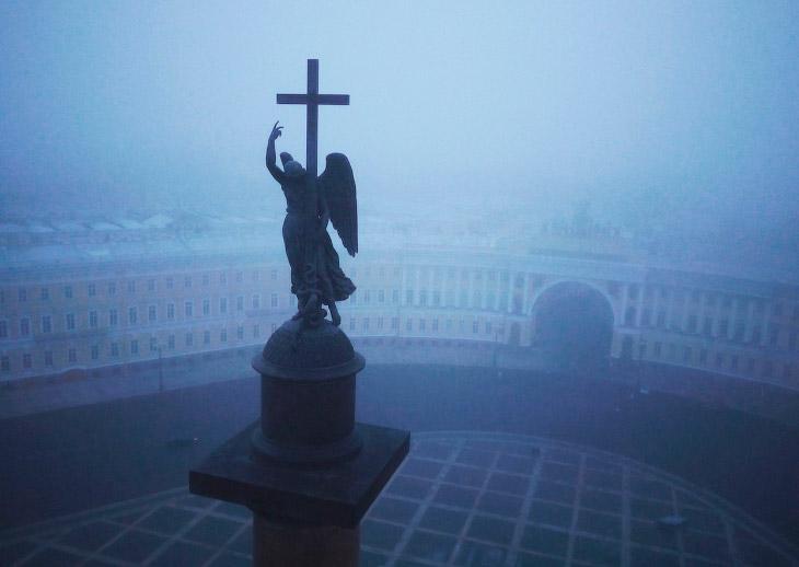 Статуя ангела на вершине Александровской колонны, которая украшает Дворцовую площадь в Санкт-Петербурге