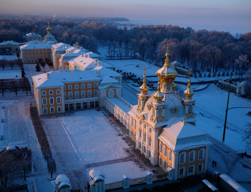Дворец — основное здание дворцово-паркового ансамбля «Петергоф»