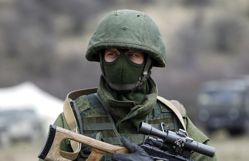 Человек в форме без опознавательных знаков около украинской военной базы в селе Перевальное, Симферополь