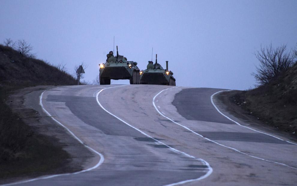Российские бронетранспортеры едут по дороге из Севастополя в Симферополь
