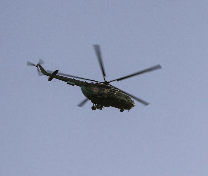 Российский военный вертолет недалеко от Симферополя, Украина