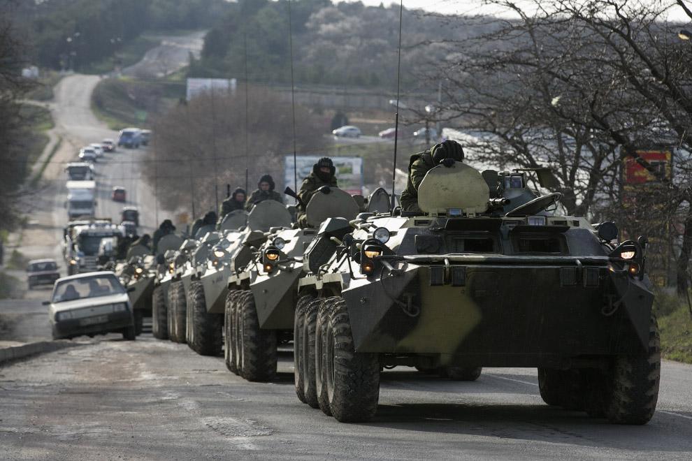 Считается, что это российские солдаты, на бронетранспортерах возле Севастополя