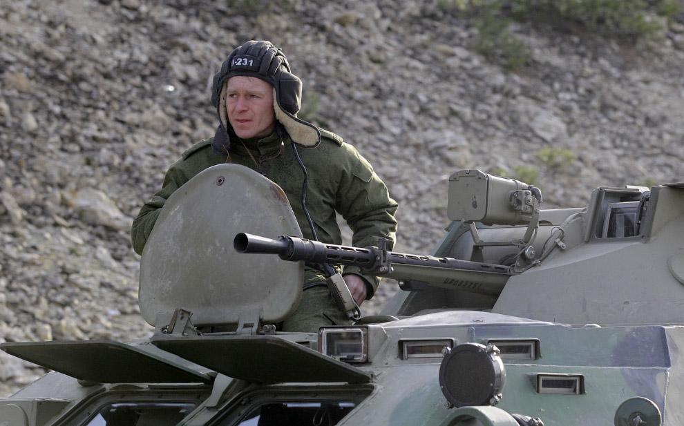 Человек в военной форме на бронетранспортере на дороге из Севастополя в Симферополь, Крым, Украина