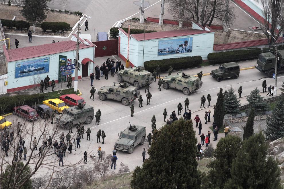 Вооруженные военнослужащие и российская бронетехника возле пограничного поста в Балаклаве