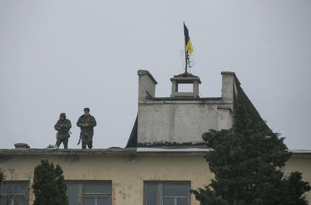 Украинские солдаты на крыше здания военной базы в Севастополе, блокированной российским военными