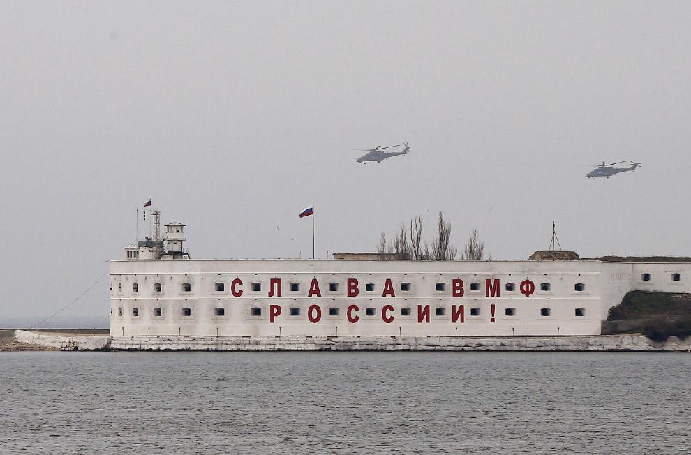 Боевые вертолеты над российской военной базой в Севастополе