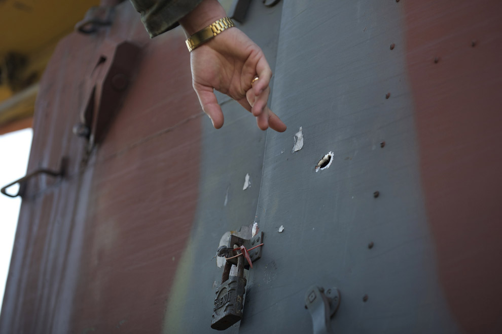 Украинский офицер указывает на пулевое отверстие в двери центра контроля зенитными установками. Украинская воинская часть, взятая под контроль русскими, Севастополь