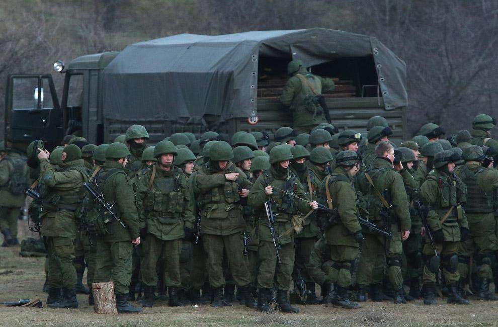 Предположительно российские войска возле украинской базы, которую они блокируют