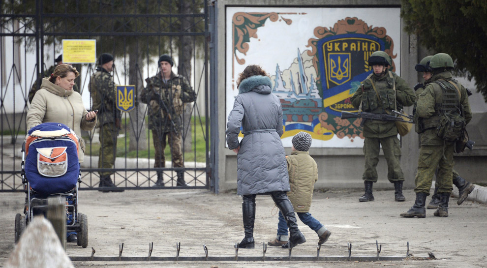 Российские войска (справа) блокируют 36-ю отдельную бригаду береговой охраны ВМС Украины под Симферополем