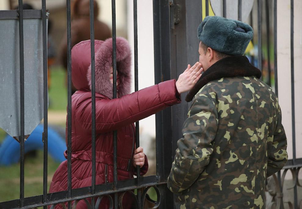 Около двух десяткой женщин провели ночь у ворот базы «Бельбек» в поддержку заблокированных там украинских солдат