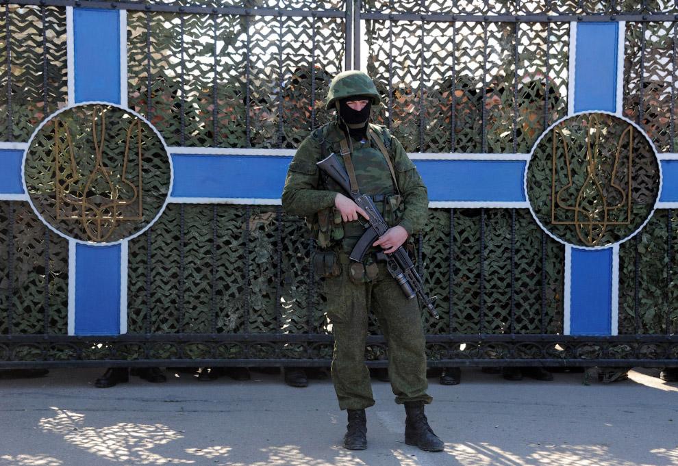 Украинские солдаты за воротами штаба ВМС Украины, осажденного «неизвестными военными»