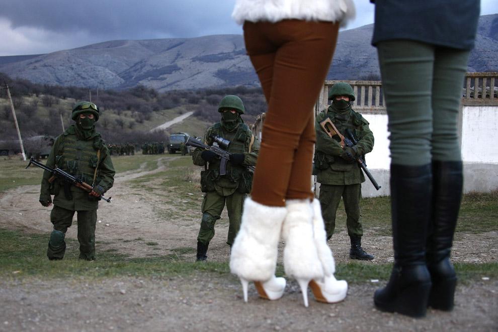 Местные жительницы пришли посмотреть на заблокированную предположительно российскими военными украинскую воинскую часть у села Перевальное