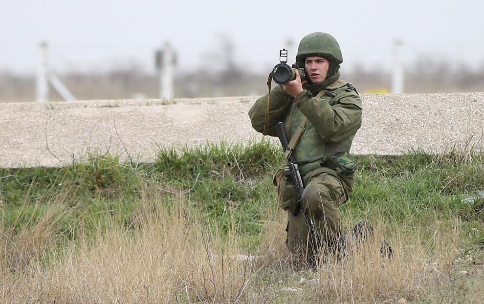 Российский солдат направляет гранатомет на 100 безоружных украинских военных, идущих освобождать оккупированную авиабазу Бельбек