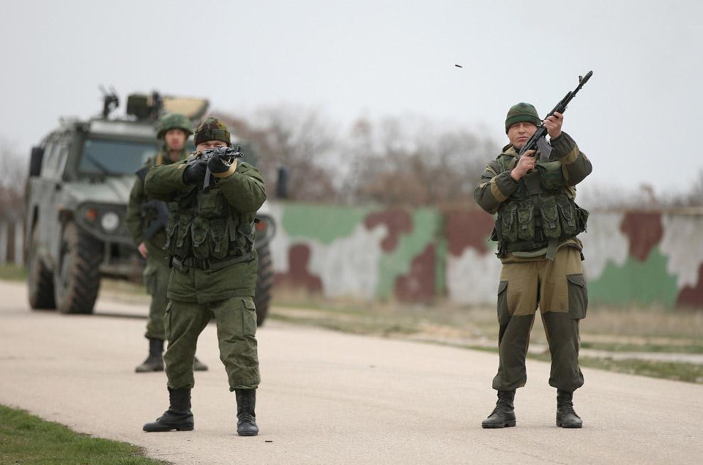 Российские войска стреляют в воздух и приказывают повернуть назад приближающейся группе из более чем 100 невооруженных украинских солдат возле авиабазы Бельбек