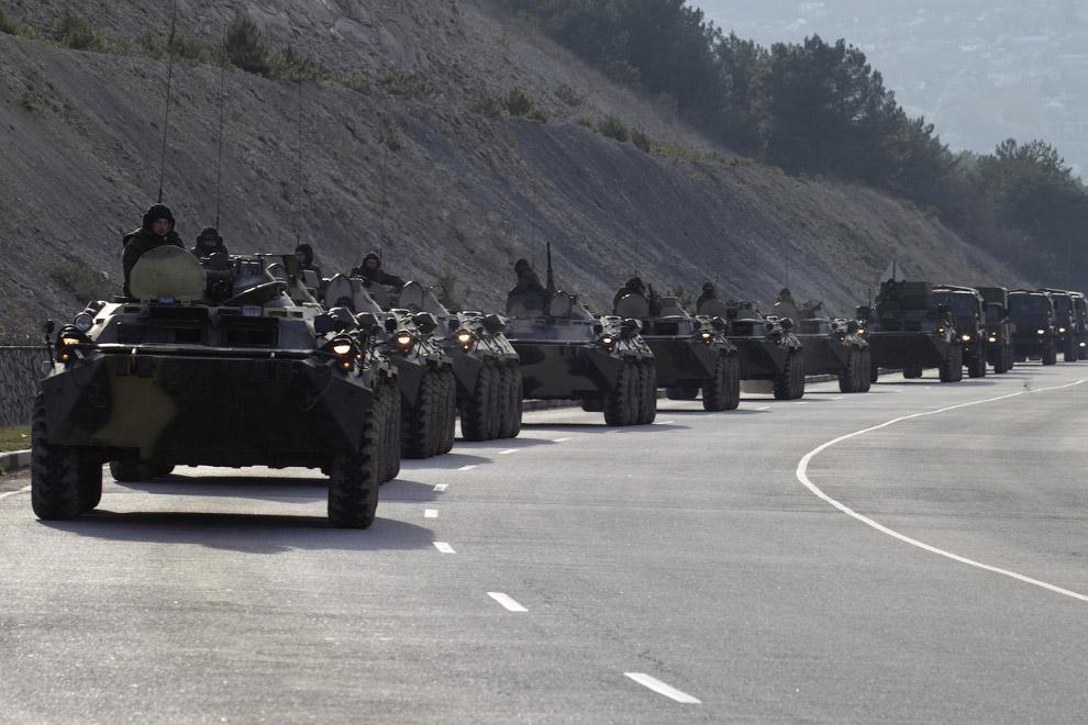 Считается, что это бронетранспортеры с российскими солдатами возле Севастополя