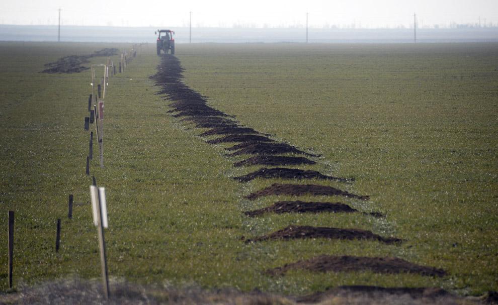 Трактор роет полосу препятствий, Чонгар, Украин